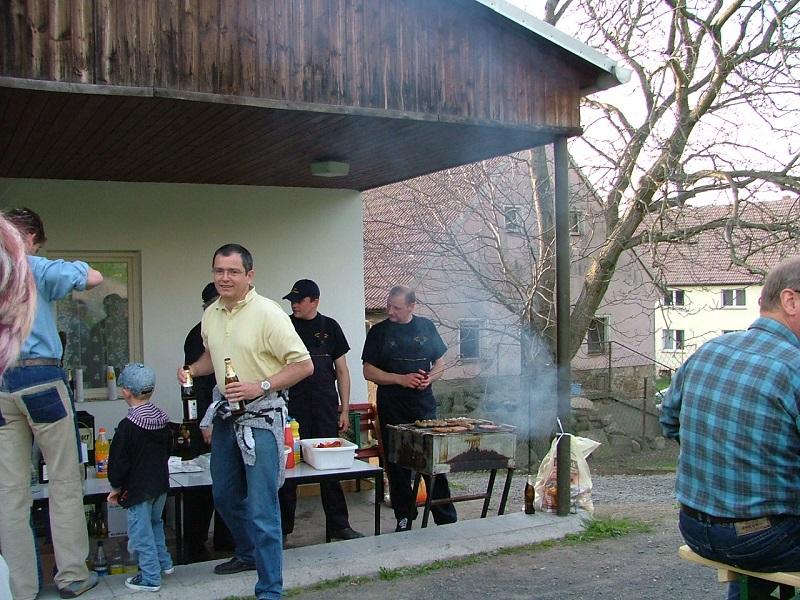 Feuerwehr grillt zum Maibaumsetzen