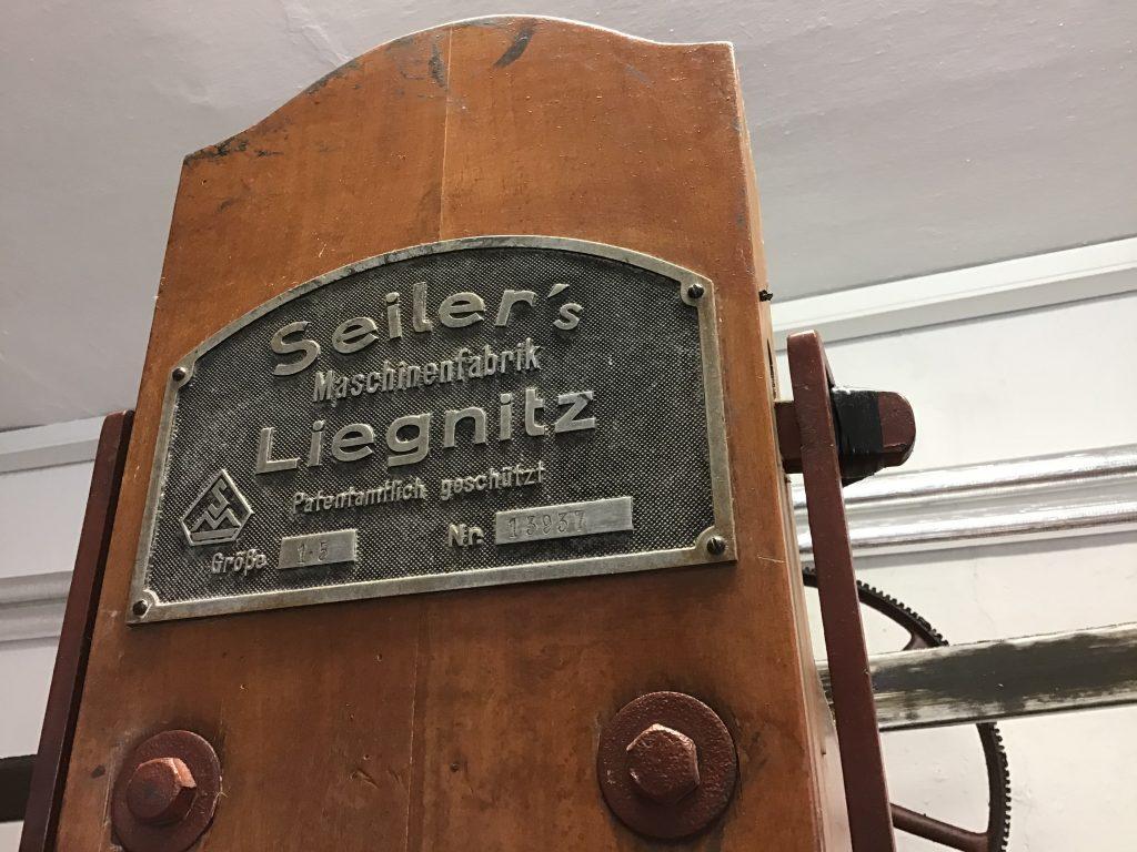Firmenschild der Wäschemangel Seilers Maschinenfabrik Liegnitz, patentrechtlich gestützt, nr. 13937