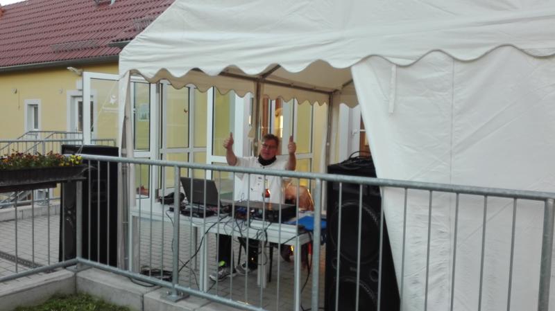 der DJ legt Musik auf der Terrasse auf