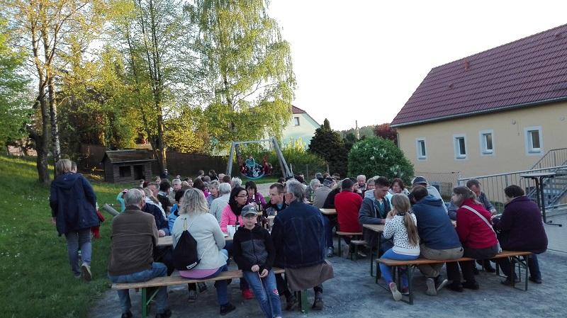 Sitzen und Schwatzen vorm Klubhaus