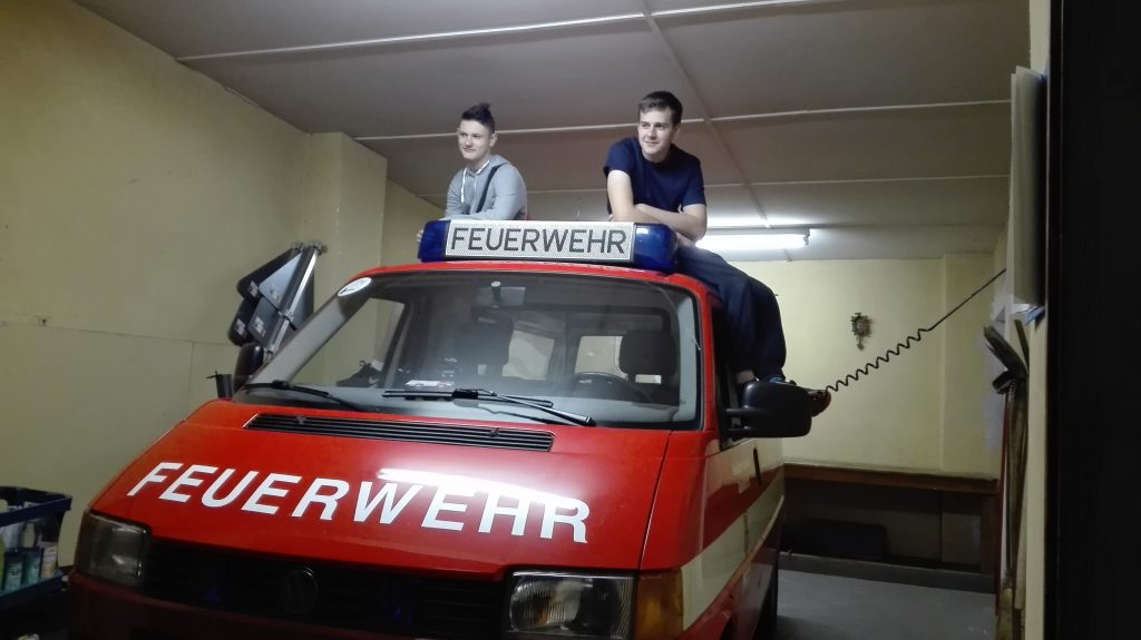 Kameraden der Löschgruppe Hausdorf auf ihrem Einsatzfahrzeug